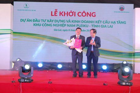 Chủ tịch tỉnh Gia Lai Võ Ngọc Thành trao quyết định thành lập KCN cho lãnh đạo Cao su Chư Sê