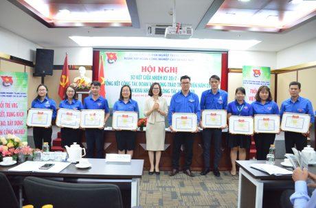 Đ/c Hoàng Thị Minh Thu - Phó Bí thư Thường trực, Chủ nhiệm Ủy ban Kiểm tra Đoàn Khối DNTW trao bằng khen của Đoàn Khối DNTW cho các tập thể