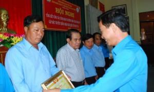 Chủ tịch CĐ công ty Trần Văn Tiến trao bằng khen của CĐ CSVN cho các cá nhân