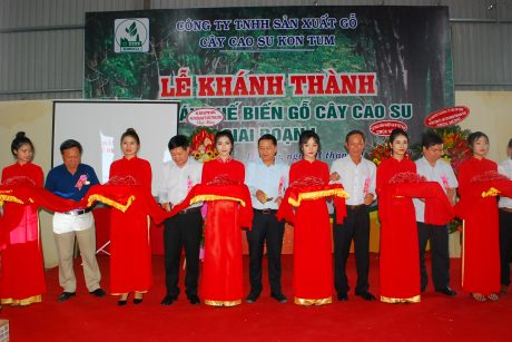 Lãnh đạo VRG, Hệ thống Nhất Hương và Cao su Kon Tum cắt băng khánh nhà máy chế biến cây gỗ cao su