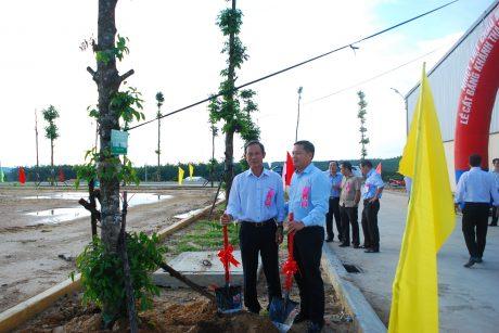 Chủ tịch HĐQT VRG Trần Ngọc Thuận cùng chủ tịch Hệ thống Nhất Hương trồng cây lưu niệm trong khuôn viên công ty