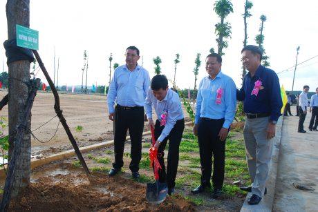 Tổng giám đốc VRG Huỳnh Văn Bảo trồng cây lưu niệm trong khuôn viên công ty