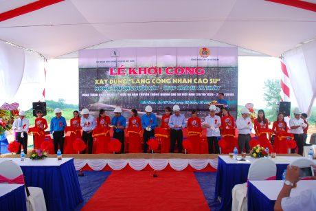 Lãnh đạo Tổng LĐLĐ VN, VRG, tỉnh Kon Tum, huyện Ia H'drai và Công ty CP Cao su Sa Thầy tiến hành nghi thức của lễ khởi công