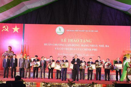 Phó Thủ tướng thường trực Trương Hoà Bình trao Huân chương lao động cho các tập thể, cá nhân