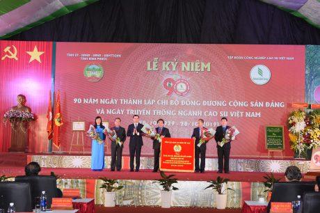 Công đoàn CSVN đón nhận Bức trướng của Tổng Liên đoàn Lao động Việt Nam trao tặng