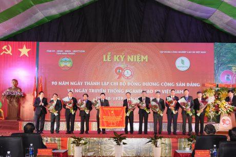 Ông Nguyễn Hoàng Anh - Chủ tịch Uỷ ban quản lý vốn nhà nước tại doanh nghiệp tặng bức trướng cho VRG.