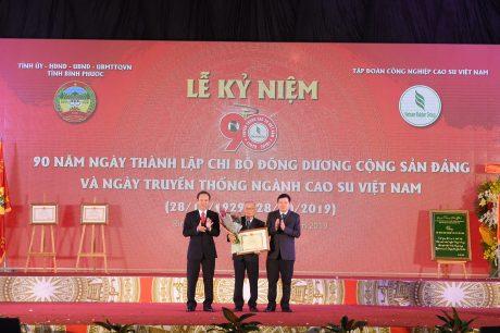 Lãnh đạo VRG tặng Bằng khen và hoa chúc mừng cho nhạc sĩ Phạm Minh Tuấn, tác giả bài hát Cao su Việt Nam được chọn là bài hát truyền thống của ngành cao su.