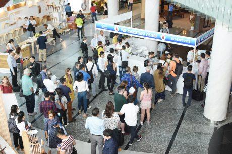 Khánh đến đăng ký tham quan triển lãm