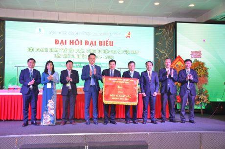 Với những hoạt động nổi bật, Hội DNT VRG được nhận cờ  xuất sắc của Trung ương Hội