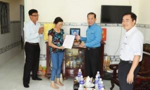 Ông Võ Việt Ngân – Phó chủ tịch Công đoàn Cao su VN, đã trao quyết định hỗ trợ xây nhà chị Nguyễn Thị Thu Thủy