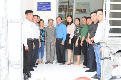 ãnh đạo Công đoàn, lãnh đạo công ty chụp ảnh lưu niệm tại nhà mái ấm công đoàn của chị Nguyễn Thị Thu Thủy
