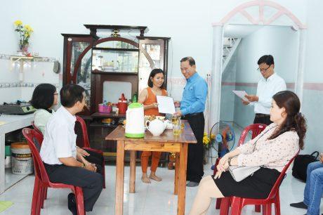 Ông Võ Việt Ngân – Phó chủ tịch Công đoàn Cao su VN, đã trao quyết định hỗ trợ xây nhà cho chị guyễn Thị Hương
