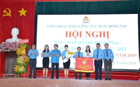 Công đoàn TCT nhận Cờ thi đua của Tổng LĐLĐ Việt Nam