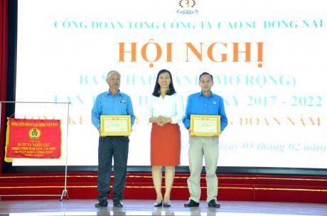 Bà Trương Thị Huế Minh - Phó Chủ tịch Công đoàn CSVN tặng bằng khen cho các tập thể có thành tích trong hoạt động công đoàn và phong trào CNVC - LĐ năm 2019