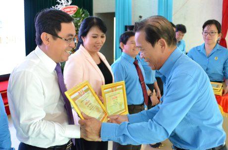 Ông Võ Việt Ngân - Phó Chủ tịch Công đoàn CSVN trao thưởng cho các cá nhân có thành tích trong hoạt động công đoàn và phong trào CNVC - LĐ của TCT năm 2019