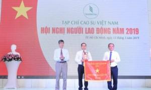 Trần Đức Thuận – TV HĐQT VRG trao Cờ thi đua xuất sắc cho Tạp chí