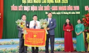 Ông Huỳnh Văn Bảo - TGĐ VRG trao Cờ thi đua của Chính phủ cho công ty