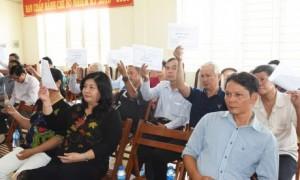 Cổ đông biểu quyết thông qua nghị quyết đại hội