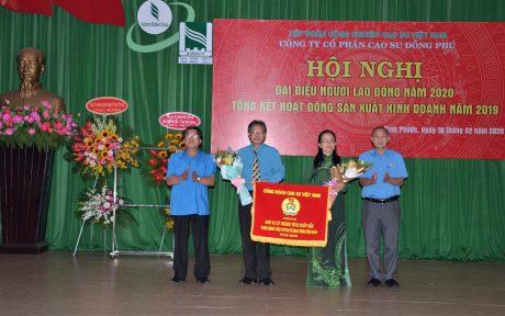 Công đoàn Cao su VN tặng Cờ thi đua xuất sắc cho Công đoàn Công ty