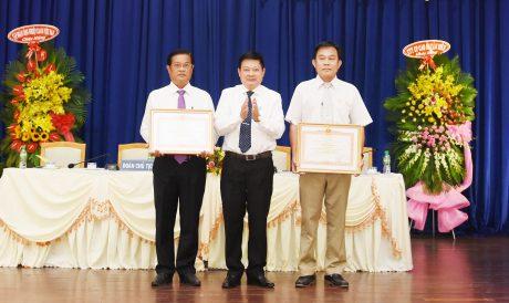 Ông Huỳnh Văn Bảo - TGĐ VRG thừa ủy quyến trao bằng khen của thủ tướng cho đại diện tập thể và cá nhân công ty