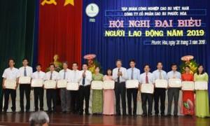 Đại diện lãnh đạo  VRG trao bằng khen Tập đoàn cho các tập thể và cá nhân đạt thành tích xuất sắc trong lao động