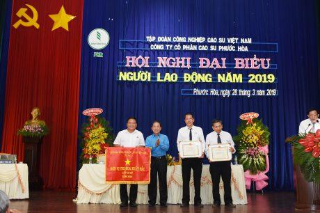 Đại diện lãnh đạo Công đoàn Cao su Việt NAm trao cở thi đua xuất sắc cho tập thế cá nhân công ty