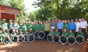 Lãnh đạo Công đoàn Cao su VN và Công đoàn Cao su Phú Riềng trao thưởng cho CNLĐ. Ảnh: Vũ Phong