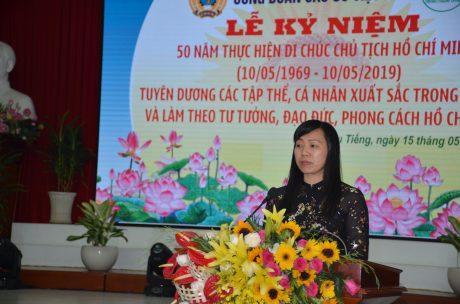 bà Trương Thị Huế Minh - Phó Chủ tịch CĐ Cao su VN Báo cáo Sơ kết 3 năm thực hiện Chỉ thị số 05-CT/TW của Bộ Chính trị về đẩy mạnh học tập và làm theo tư tưởng, đạo đức, phong cách Hồ Chí Minh,
