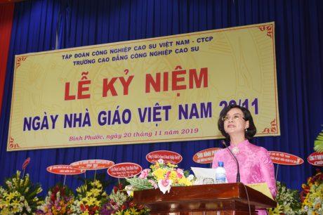 Bà Trần Tuyết Minh - UV BTV Tỉnh ủy, TB Tuyên giáo, Hiệu trưởng Trường Chính trị tỉnh Bình Phước phát biểu tại buổi lễ