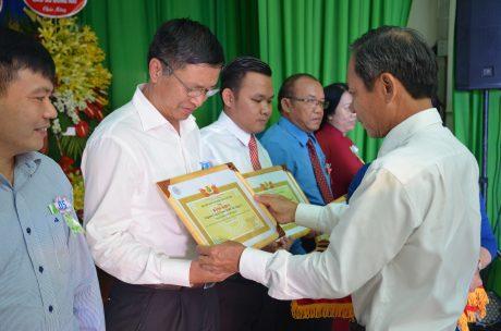 ông Trần Ngọc Thuận - Bí thư Đảng ủy, Chủ tịch HĐQT VRG trao thưởng tại buổi lễ