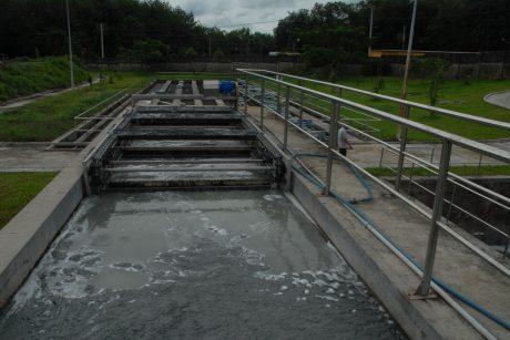 Giảm sử dụng hóa chất trong xử lý nước thải giúp công ty tiết giảm chi phí và góp phần bảo vệ môi trường. Ảnh: Vũ Phong