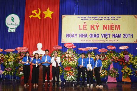 Các em học sinh tặng lẵng hoa chúc mừng cho các thầy cô nhà trường