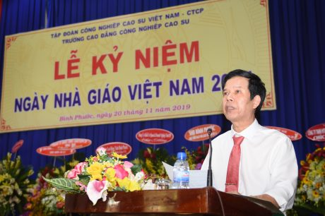 Thầy Lê Văn Kích - Hiệu trưởng nhà trường phát biểu tại buổi lễ