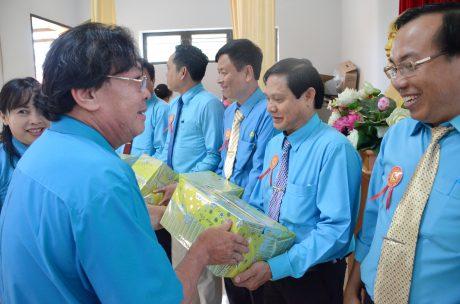 Ông Phan Mạnh Hùng - Chủ tịch Công đoàn CSVN trao quà cho các thí sinh tham dự Hội thi