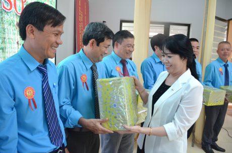 Bà Vũ Thị Mỹ Lệ - Bí thư Đảng uỷ, Phó TGĐ TCT trao quà cho các thí sinh