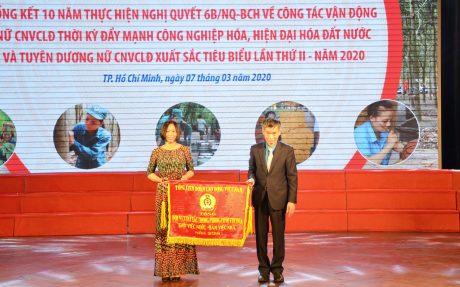 Ban nữ công Cao su Kon Tum nhận cờ thi đua của Tổng Liên đoàn Lao động VN
