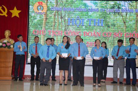 Ông Lê Hữu Phước - Chủ tịch Công đoàn CSVN trao các giải phụ cho các thí sinh