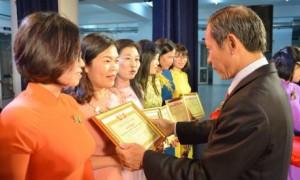 """Các tập thể nhận khen thưởng vì đã có thành tích xuất sắc trong phong trào thi đua """"Giỏi việc nước - Đảm việc nhà"""""""