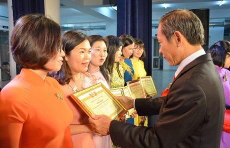 Các tập thể nhận khen thưởng vì đã có thành tích xuất sắc trong phong trào thi đua