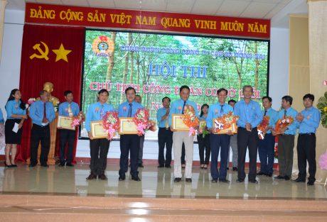 Ban tổ chức trao giải ba cho 4 thí sinh tại Hội thi