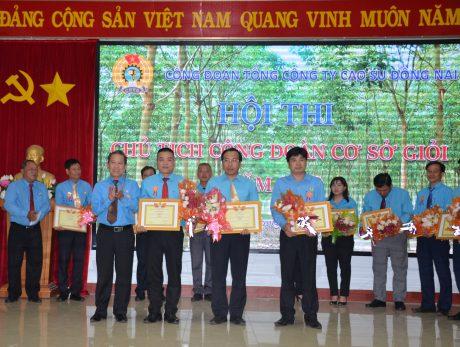 Ông Võ Việt Ngân - Phó Chủ tịch Công đoàn CSVN, Chánh chủ khảo Hội thi trao giải nhất, nhì cho các thí sinh