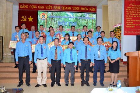 Lãnh đạo Công đoàn CSVN, Liên đoàn lao động tỉnh Đồng Nai, Công đoàn TCT CS Đồng Nai chụp ảnh kỷ niệm với các thí sinh