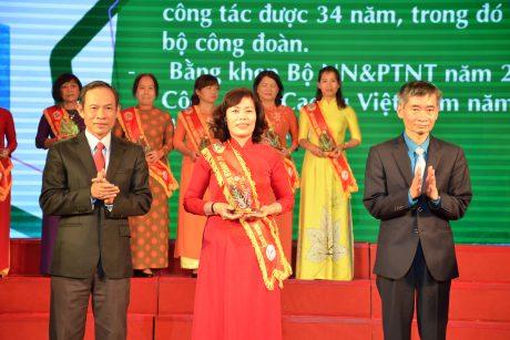 Ông Trần Văn Thuật - Phó Chủ tịch Tổng Liên đoàn Lao động VN và ông Trần Ngọc Thuận - Chủ tịch HĐQT VRG trao thưởng cho  các cá nhân tại lễ tổng kết