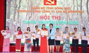 Bà Vũ Thị Mỹ Lệ - Bí thư Đảng ủy, Phó TGĐ TCT trao giải nhất cho thí sinh Nguyễn Thị Thanh Trâm - Bệnh viên Đa khoa Cao su Đồng Nai.