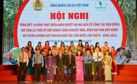 Nữ CNVC - LĐ xuất sắc chụp hình kỷ niệm với lãnh đạo Tổng Liên đoàn Lao động VN, VRG và Công đoàn CSVN