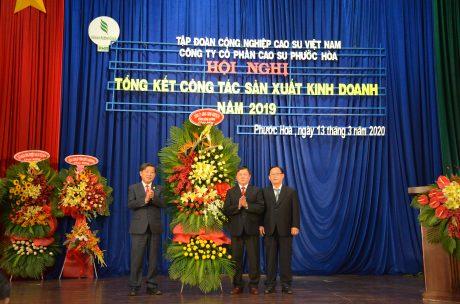 Ông Trần Thanh Liêm – Phó Bí thư tỉnh ủy, Chủ tịch UBND tỉnh Bình Dương tặng hoa chúc mừng công ty