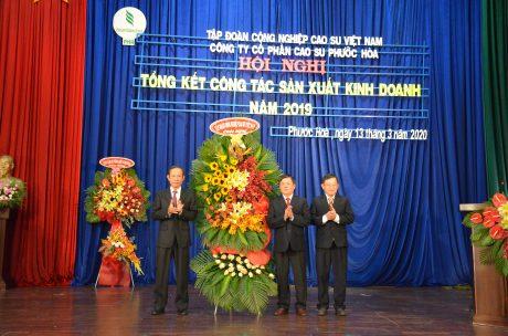 Ông Trần Ngọc Thuận – Chủ tịch HĐQT VRG (bên trái) tặng hoa chúc mừng công ty