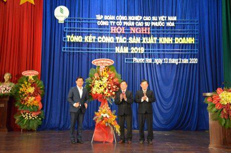 Ông Sok Dareth – Tổng lãnh sự quán Campuchia tại TP.HCM tặng hoa chúc mừng công ty
