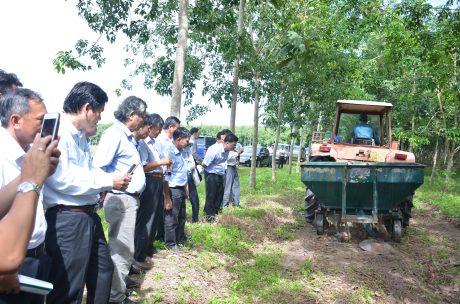 Các đại biểu tham dự tìm hiểu về máy bón phân của công ty cao su Tây Ninh