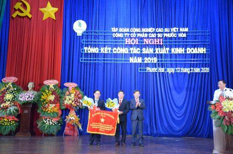 UBND tỉnh Bình Dương tặng Cờ thi đua lao động xuất sắc cho Cao su Phước Hòa